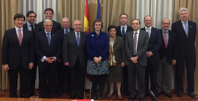 Foto de grupo del Comité de Bioética de España. Bellver es el tercero por la izquierda y Serrano Ruiz-Calderón, el tercero por la derecha.