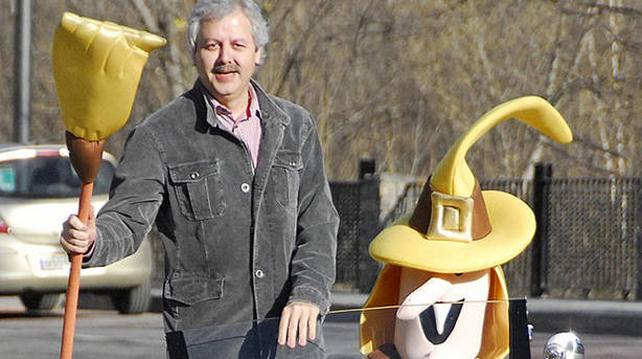 El propietario de la administración La Bruixa d`Or ('La Bruja de Oro'), de Sort (LLeida), Xavier Gabriel.