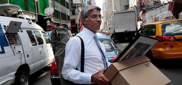 Un empleado de Lehman Brothers abandona la entidad con sus bártulos. -AFP