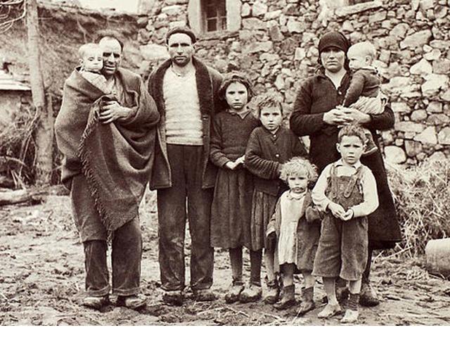 Felipe el Ciego, con el bebé en brazos, y parte de su familia, que lograron sobrevivir.