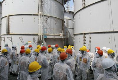 Tanques de agua radioactiva, en Fukushima.- REUTERS/KIODO