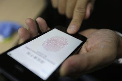 El nuevo dispositivo de Apple, el iPhone 5S.- REUTERS
