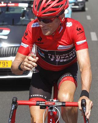 El estadounidense Chris Horner (Radioshack), ganador de la Vuelta Ciclista a España brinda con champán ayer.