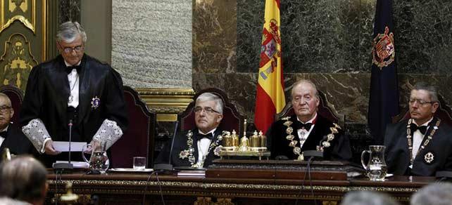 El fiscal general del Estado, Eduardo Torres-Dulce (i), pronuncia unas palabras en presencia del Rey; el presidente del Tribunal Supremo, Gonzalo Moliner (2i), y el ministro de Justicia, Alberto Ruiz Gallardón (d), durante el acto de apertura del Año Judicial.