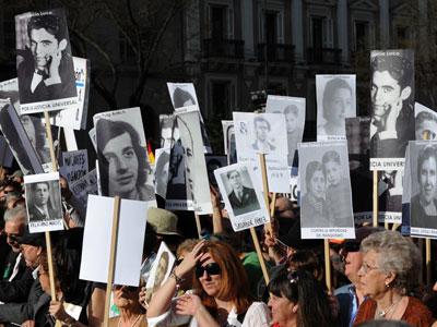 Víctimas del franquismo y sus descendientes participan en una manifestación de apoyo al juez Baltasar Garzón el 24 de abril de 2010.