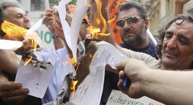 Varios funcionarios protestan contra los recortes del Gobierno de Samaras en una imagen de la última huelga de funcionarios.