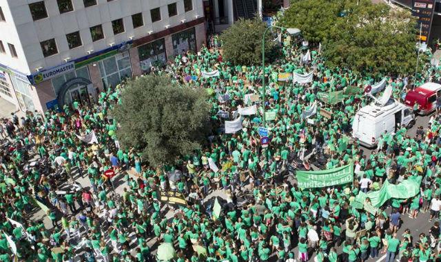 Más de 4.000 personas se han concentrado hoy frente a la Conselleria de Educación del Govern balear.