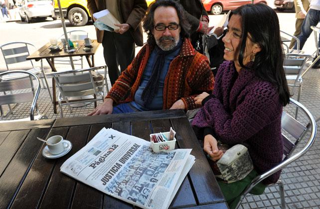 Dos personas observan en Buenos Aires la portada del diario 'Página 12', el pasado jueves, que tiene en su titular principal el pedido de la jueza argentina María Servini de Cubría sobre los crímenes del franquismo.