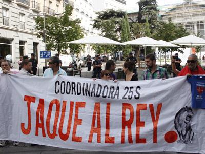 Miembros de la Coordinadora 25-S sostiene una pancarta frente al Congreso de los Diputados.