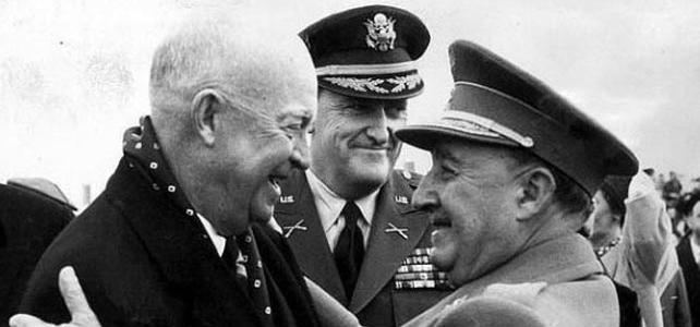 Abrazo entre Franco y Eisenhower en la base militar de Torrejón de Ardoz en 1959.-