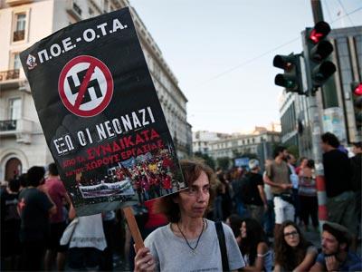 Una manifestante con una pancarta antifascista, en Atenas este miércoles. REUTERS/Yorgos Karahalis