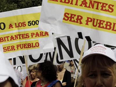 Los manifestantes, en su marcha hacia La Moncloa. EFE