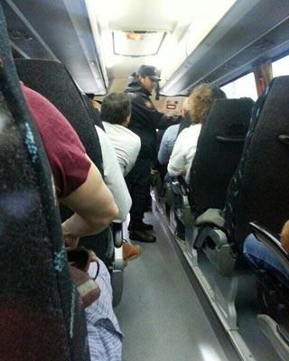 Un Policía en el interior de un autobús de manifestantes que llegan a Madrid desde Valladolid.