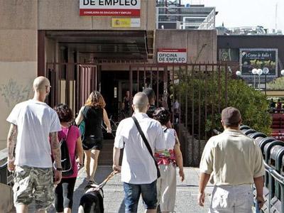 La cifra de desempleados registrados baja hasta los 4.698.783 personas. EFE