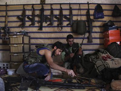 Rebeldes sirios en un depósito de armas en Kansafra (región de Idlib). REUTERS/Loubna Mrie