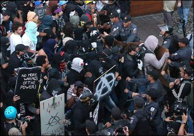 Manifestantes se enfrentan con la Policía en Río de Janeiro.