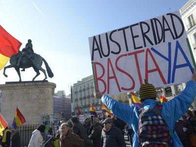 Un manifestante porta una pancarta, en una foto de archivo.