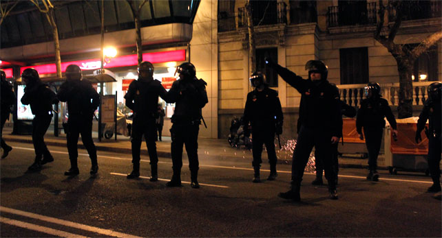 Agentes antidisturbios se disponen a cargar contra los manifestantes en la sede nacional del PP en la calle Génova de Madrid tras una manifestación de apoyo a la protesta de Gamonal, en Burgos.