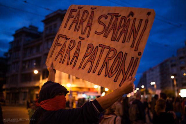 Un manifestante sujeta en Bucarest un cartel con el lema 'Sin amos ni patronos'. FOTO: AUREL MANEA