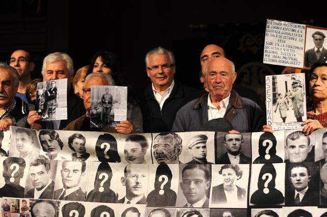 El Juez Baltasar Garzón junto con miembros de la plataforma de la Comisión por la Verdad en el Ateneo de Madrid.