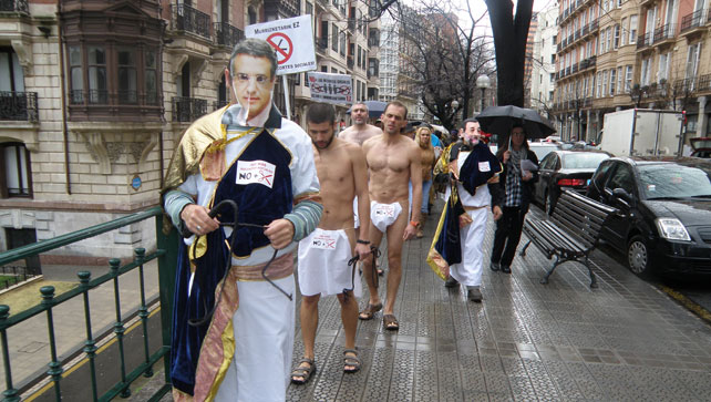 Miembros del colectivo social Berri Otxoak recorren las calles de Bilbao disfrazados de romanos (con la cara de Rajoy y Urkullu) que fustigan al pueblo. Es su forma de protestar contra los recortes sociales.