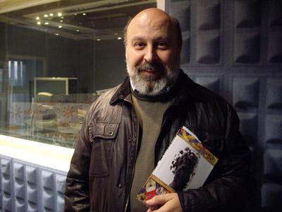El autor, Juan Sánchez Vallejo, con su libro.