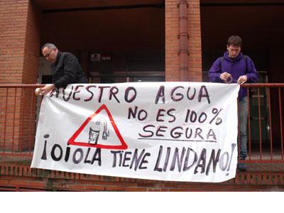 Pancarta que advierte de la contaminación del agua. DANILO ALBIN
