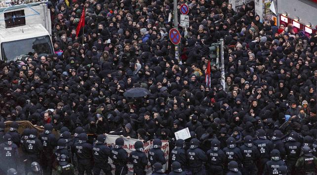 La policía alemana bloquea a los manifestantes frente al centro social Rote Flora durante una manifestación el pasado 21 de diciembre contra el cierre del centro.
