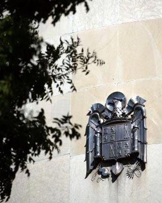 135 vestigios franquistas permanecen en edificios dependientes del Gobierno.