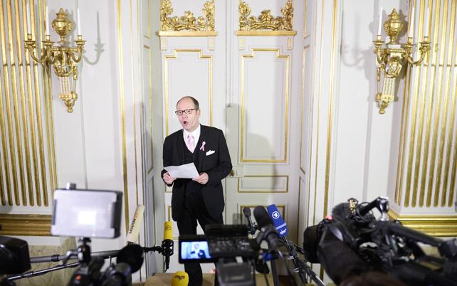 Peter Englund , secretario permanente de la Academia sueca, anuncia el ganador del Premio Nobel de Literatura 2014.- AFP