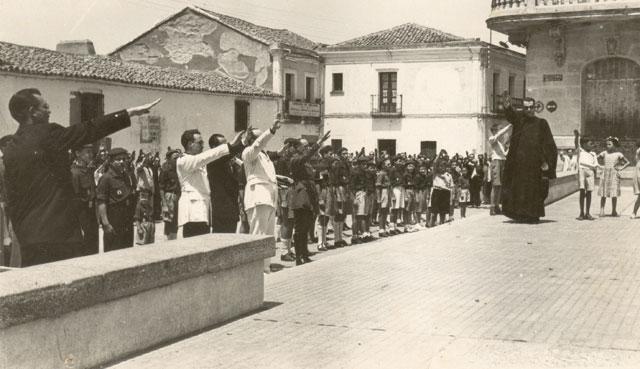 Celebración en honor de los Caídos por Dios y por España en Castuera en 1940. Abajo, Francisco Moreno.