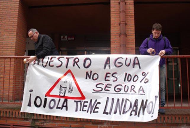 Pancarta que advierte de la contaminación del agua.
