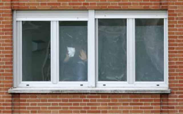 Uno de los ingresados por ébola se asoma a la ventana del Carlos III