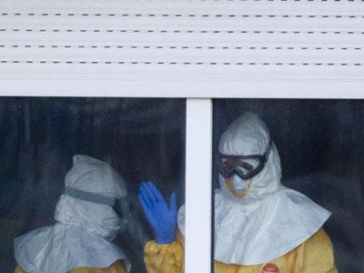 Personal con trajes de protección contra el ébola en el hospital Carlos III.