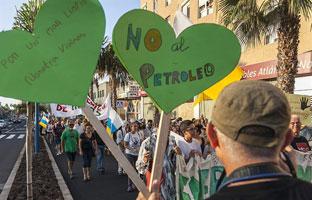 Manifestaciones masivas en Canarias contra los sondeos petrolíferos de Repsol