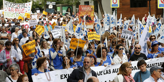 Manifestación de la Marea Blanca para pedir la dimisión de la ministra Ana Mato y del consejero Javier Rodríguez y demandar la recuperación del Hospital Carlos III como centro de referencia de enfermedades infecciosas y tropicales.
