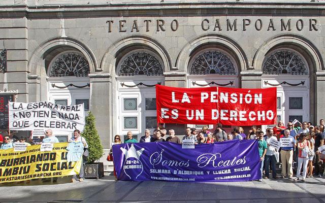 Presentación de la Marcha de la Dignidad hacia el teatro Campoamor, lugar de entrega de los premios Príncipe de Asturias.