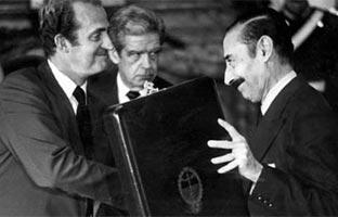 La dictadura de Videla intercambió con el Estado español apoyos, medallas y regalos
