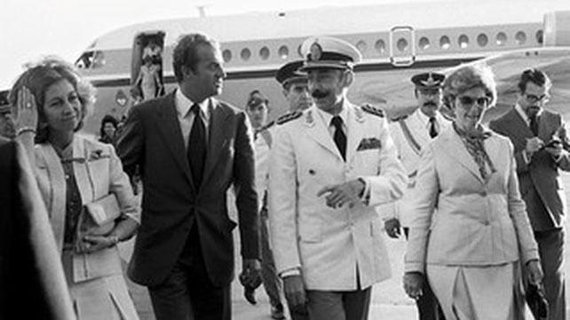 El rey Juan Carlos y la reina Sofía, junto al dictador argentino Jorge Rafael Videla.