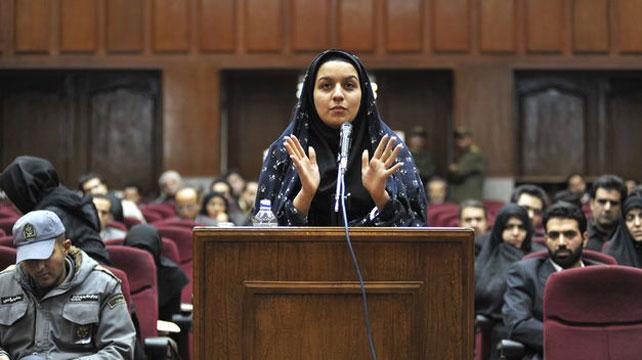 Reihané Yabarí durante su juicio por matar a su presunto agresor sexual.