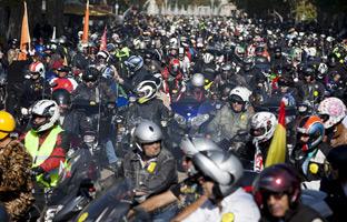 Miles de 'pingüinos' toman el centro de Valladolid para protestar por la suspensión
