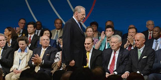 Jacques Rogge, de 72 años, pasa junto a varios miembros del COI.