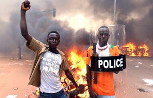 Una multitud asalta e incendia el Parlamento