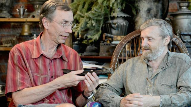 Svante Pääbo (izquierda) y el científico ruso Nikolai Peristov, con el fémur estudiado.