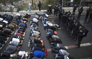 El rezo musulmán se escuha en Jerusalén bajo una fuerte vigilancia israelí