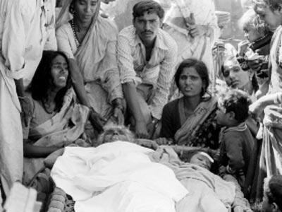 Familiares lloran la muerte de una anciana y una niña un día después de la tragedia de Bhopal.