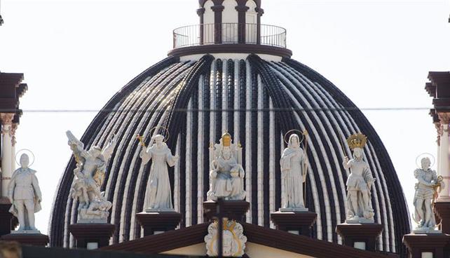 La fachada de la Iglesia de El Palmar de Troya acoge una estatua de Franco.