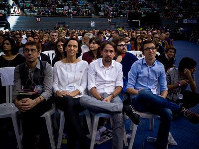 El líder de Podemos, Pablo Iglesias, observa las intervenciones en la asamblea fundacional del partido, junto a Juan Carlos Monedero, Iñigo Errejón y Carolina Bescansa.- JAIRO VARGAS