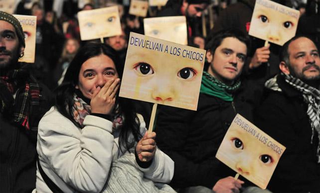 Manifestantes escuchan el veredicto contra Videla en julio de 2012.