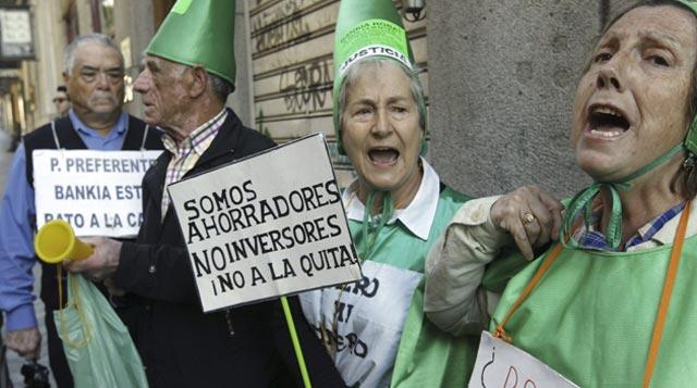 Foto de archivo de afectados por las preferentes en las inmediaciones de la Audiencia Nacional. FOTOS: EFE